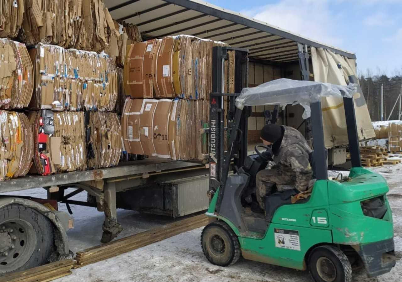 Погрузка карой и сдача вторсырья (прессованных картонных коробок) в переработку